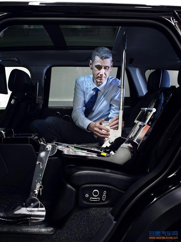 """对经常在车内办公的高管来说,他们40%的工作内容都是由创意思考支撑组成,同样也是因为安心的旅程提供了放松身心、沉静思考的机会。   Cary Cooper爵士表示:""""此项研究结果表明汽车能够帮助提供创意思维所需的物理和心理条件。灵感经常是在不经意间被激发出来的。例如,当我们身心放松或是没有专注思考某一问题时,创意可能'不期而至'。已有实验表明,当人们在做习惯性或本能动作时(如开车),大脑会分泌多巴胺,激发创意灵感。""""   据统计,10%的受访高管表示,"""