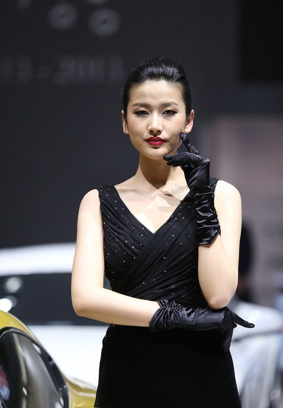 2013广州车展 阿斯顿·马丁车模展现极致诱惑_第1张